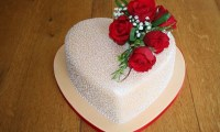 heart-shaped-wedding-cake-design-with-red-rose-55e7e3a83d34c-1000x600